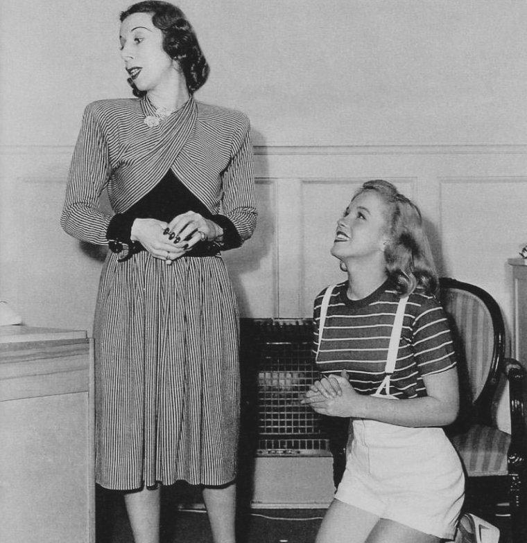 1947 / by Dave CICERO... La jeune Marilyn et son premier professeur d'art dramatique, Helena SORELL.