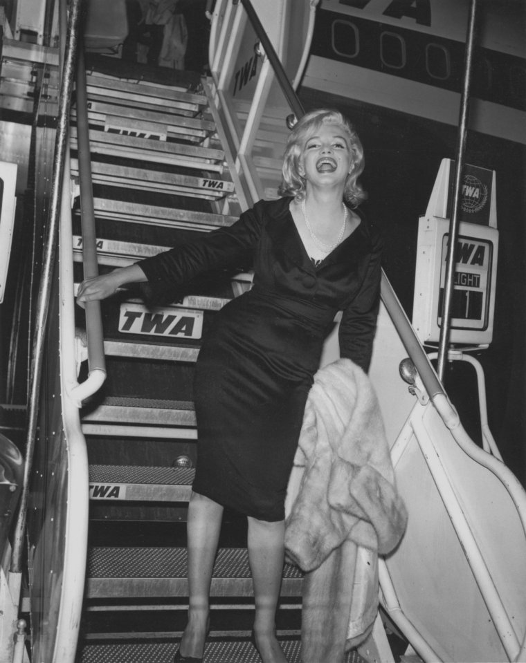 """1959 / Le 19 septembre 1959, Marilyn s'envole pour Los Angeles. Spyros SKOURAS, le président de la Twentieth Century Fox, l'a invitée pour qu'elle participe au grand gala donné en l'honneur de Nikita KHROUCHTCHEV, le dirigeant de l'Union Soviétique. MILLER accompagne Marilyn à l'aéroport, mais il reste à New York: ayant été sur la """"Black List"""" des partisans communistes, il n'aurait pas été judicieux pour MILLER de s'afficher médiatiquement avec l'un des dirigeants communistes."""
