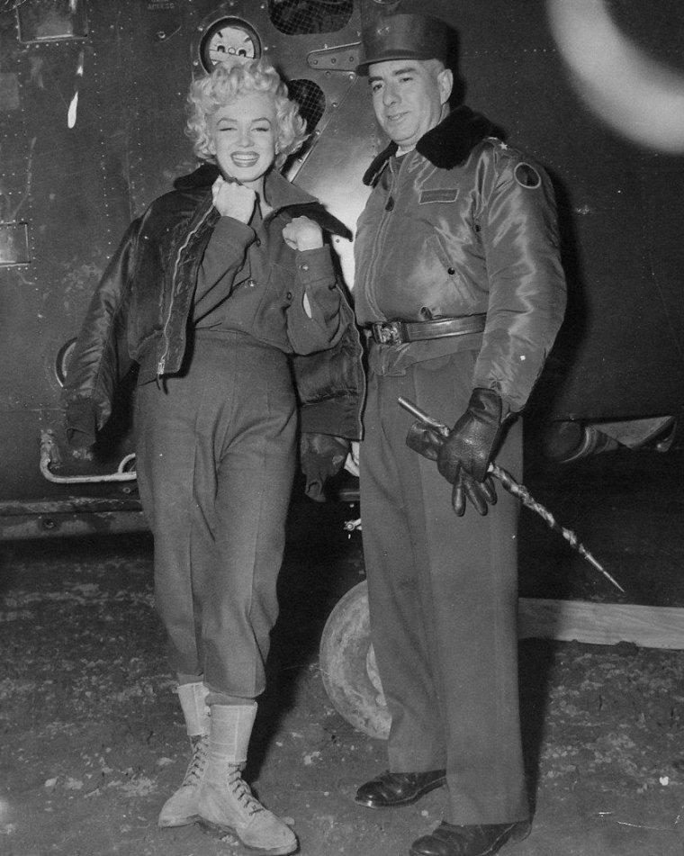 1954 / Marilyn bien emmitouflée en ce mois de Février et les G.I.'s en Corée, lors de son tour de chant qui dura plusieurs jours afin de soutenir le moral des troupes... (part 2, voir TAG).