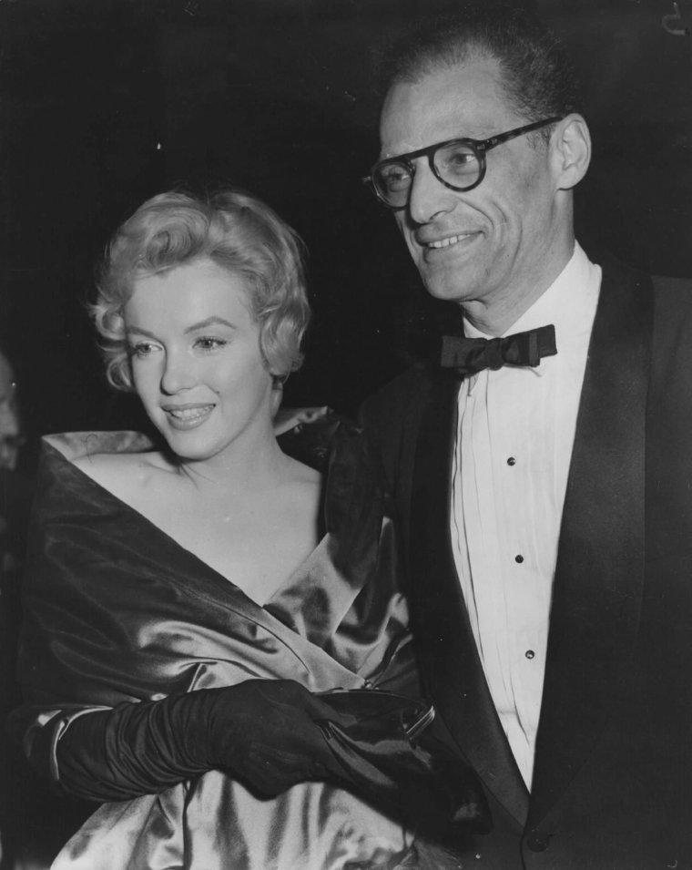 """1956 / Londres... Marilyn, Arthur et le couple Laurence OLIVIER- Vivien LEIGH, assistent à la pièce de théâtre, """"Vu du pont"""", écrite par MILLER, au """"Comedy theater""""."""