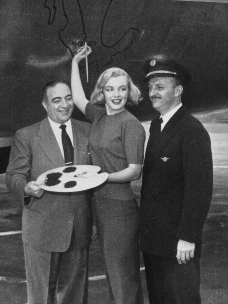 "1950 / Marilyn inaugure un avion de la compagnie ""Mexican-Airlines"", qui marque le premier vol direct de Los-Angeles à Mexico..."