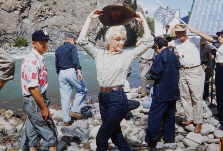 """1954 / Marilyn en jean et chemisier fleuri lors du tournage de """"River of no return"""" ; les photos couleurs sont signées Allan SNYDER (""""Withey"""") son maquilleur..."""