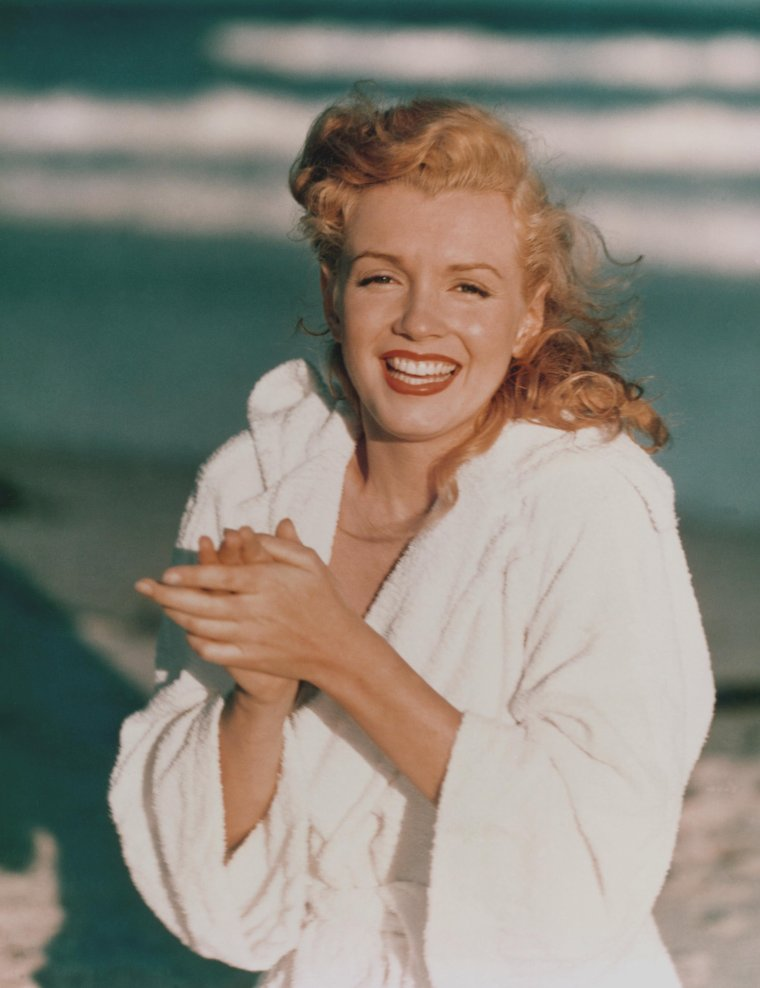 1949 / by Andre De DIENES... Young Marilyn en peignoir sur la  plage de Tobay-beach.