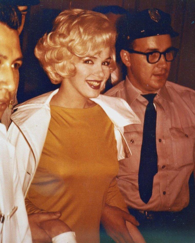 1961 / Le jeudi 29 juin Marilyn fut opérée de la vésicule biliaire. A son réveil, Joe DiMAGGIO était à son chevet. Durant son séjour à l'hôpital, il vint la voir tous les jours. Puis des problèmes familiaux le rappelèrent à San Francisco d'où il partit ensuite à l'étranger pour affaires. Marilyn resta en contact permanent avec lui. Le mardi 11 juillet, Marilyn quitta l'hôpital et à sa sortie elle fut assaillie par une foule de deux cents admirateurs, journalistes et  photographes. Elle se reposa dans son appartement new-yorkais, du 444 East 57th Street. Kenneth BATTELLE, le célèbre coiffeur new-yorkais que Marilyn avait connu pendant le tournage de « Some like it hot » en 1958, vint la coiffer à son domicile. Pat NEWCOMB arriva de Los Angeles pour l'aider. Sa demi-s½ur, Berniece MIRACLE, lui rendit également visite et s'occupa d'elle ; elles parlèrent beaucoup de leur mère, Gladys BAKER, dont Marilyn payait toujours l'hospitalisation.