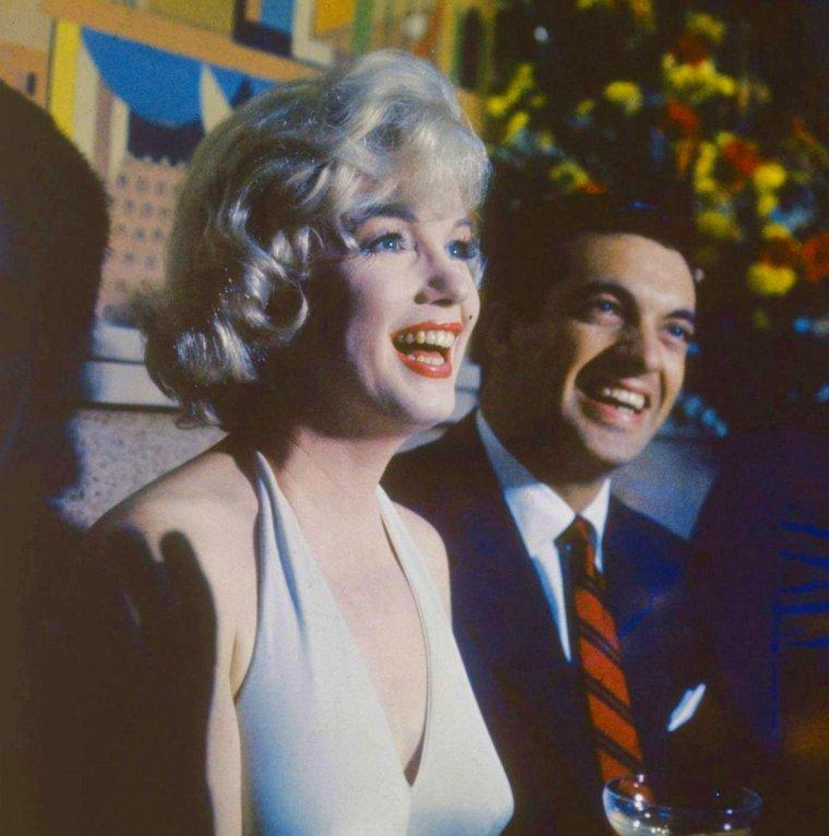 """1960 / Conférence de presse organisée par la FOX avec Arthur MILLER, Simone SIGNORET, Yves MONTAND, Frankie VAUGHAN et Marilyn en vue du futur tournage du film """"Let's make love"""" (part 2, voir TAG)."""