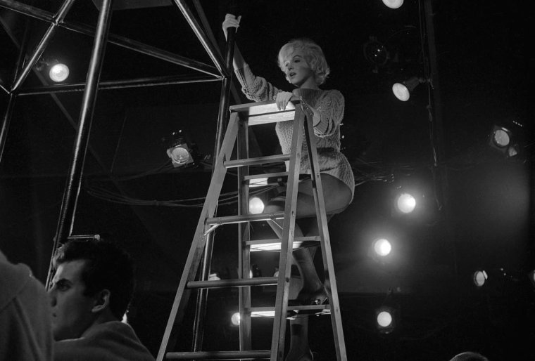 """1960 / Marilyn en pleine répétition d'une scène du film """"Let's make love"""" où elle fait un numéro de danse tout en chantant la célèbre chanson """"My heart belongs to daddy""""..."""