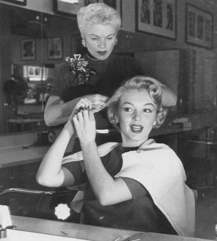 1952 / by Andre De DIENES... Marilyn se faisant coiffer par l'une de ses coiffeuses attitrées, Gladys RASMUSSEN.