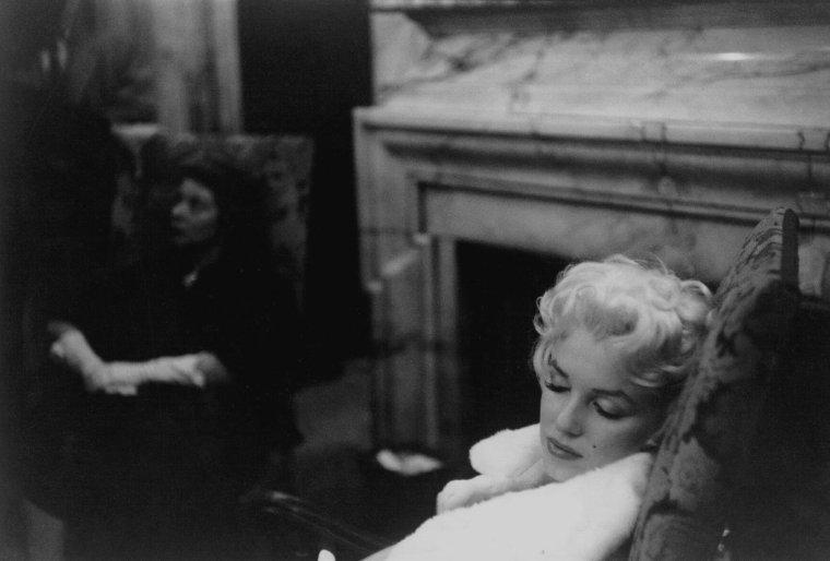 """1955 / by Ed FEINGERSH and Frank MASTRO... Marilyn est conviée au théâtre """"Morosco Theater"""" afin d'assister à la pièce de Tennessee WILLIAMS, """"La chatte sur un toit brûlant"""", avec dans le rôle principal Barbara Bel GEDDES ; en 1958, la pièce sera adaptée au cinéma sous le même titre avec dans les rôles principaux, Elizabeth TAYLOR et Paul NEWMAN. Lors de cette soirée, Marilyn est accompagnée de Milton GREENE."""