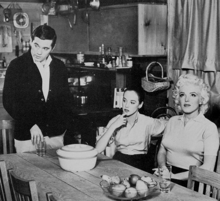 """1955 / """"Person to person"""" / Marilyn participa à une émission de télévision en direct « Person to person », animée par Edward R. MURROW sur CBS. L'émission avait été soigneusement préparée pendant des semaines de travail intense, en dépit de l'ambiance décontractée qui semblait régner sur le plateau. Le tournage eut lieu chez les GREENE dans leur maison de Weston, Connecticut. Marilyn traversa une crise d'angoisse avant l'émission, car elle pensait que son maquillage trop léger et ses vêtements trop  simples la faisaient paraître insignifiante à côté d'Amy GREENE. Marilyn fut nerveuse pendant le tournage et ne fut pas satisfaite du résultat. Au cours de cette émission, Marilyn rendit hommage à tous ceux qui l'avait aidé dans sa carrière, notamment John HUSTON, Billy WILDER, Natasha LYTESS et Michaël TCHEKHOV."""