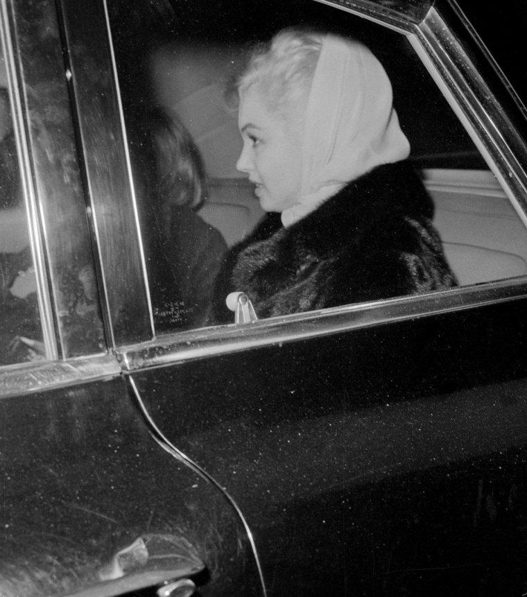 """Le vendredi 11 Novembre 1960 / Marilyn était de retour à New York avec May REIS et Pat NEWCOMB. Elle logea seule dans son appartement du 444 East 57th Street. Arthur MILLER était descendu sous un pseudonyme à """"l'Adams Hotel"""" (86ème rue Est). May REIS aida Arthur MILLER à empaqueter ses affaires, ses papiers, livres et autres manuscrits, tandis que Marilyn restait cloîtrée dans sa chambre. Il prit toutes ses affaires et laissa dans la bureau, accrochée au mur, sa photo préférée de Marilyn qui avait été prise par Jack CARDIFF. Ils décidèrent que MILLER garderait leur basset Hugo, pensant qu'il serait plus heureux de vivre à Roxbury dans le Connecticut, et Marilyn garderait l'appartement de New York. La séparation fut annoncée par Pat NEWCOMB dans le vestibule de l'appartement new-yorkais de Marilyn. Elle expliqua aux journalistes que Marilyn n'avait pas engagé d'avocat et qu'elle ne projetait pas de le faire. Elle déclara également qu'il n'y avait pas de projet immédiat de divorce.  En fait les affaires de Marilyn étaient entre les mains des avocats de MILLER depuis quatre ans ; elle devait donc trouver elle-même un avocat et choisira Aaron FROSCH, un avocat new-yorkais ayant de nombreux clients dans le show-business. Marilyn posa pour des photos en vue du lancement de «The misfits ». Pat NEWCOMB proposa de fixer la date du divorce au vendredi 20 janvier 1961, car ce jour là devait se dérouler la cérémonie d'investiture de John KENNEDY à la présidence ; les médias seraient donc monopolisés par cet événement..."""