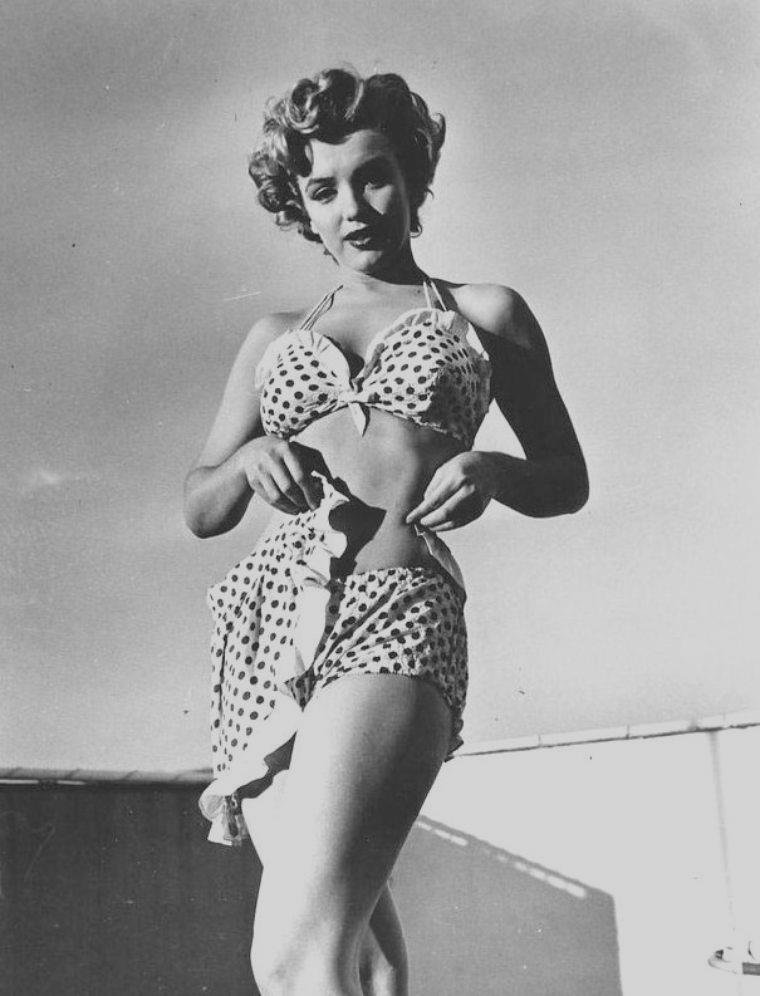 """1951 / Marilyn pose dans un maillot à pois (qu'elle porte dans le film """"Love nest"""") sur la terrasse et dans une des chambres du """"Beverly-Carlton Hotel""""."""