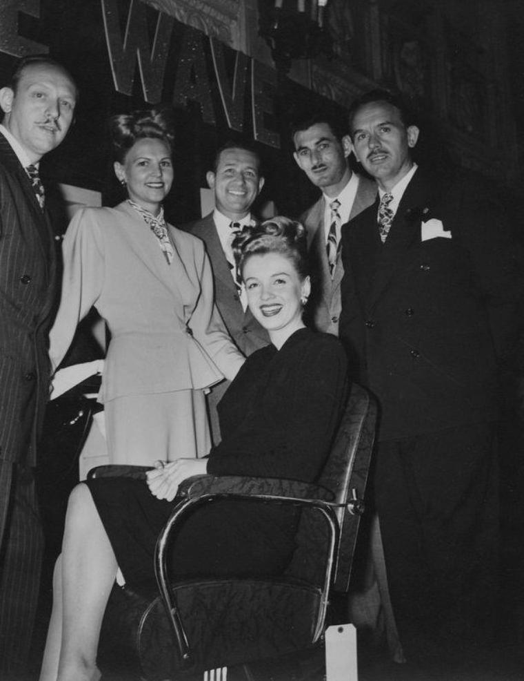 """1945 / Norma Jeane alla chez le photographe Raphaël WOLFF qui accepta de la prendre pour une publicité pour un shampooing, à la condition qu'elle se fasse décolorer les cheveux. Elle se retrouva donc au salon de coiffure du tout-cinéma, chez """"Frank et Joseph"""", où une esthéticienne du nom de Sylvia  BARNHART supervisa la décoloration en blond doré. Elle fit des photos publicitaires pour ce salon. Cet hiver-là, le trio SNIVELY-WOLFF-BARNHART réalisa le rêve longtemps couvé par Grace McKEE-GODDARD : faire de Norma Jeane une réplique de Jean HARLOW."""