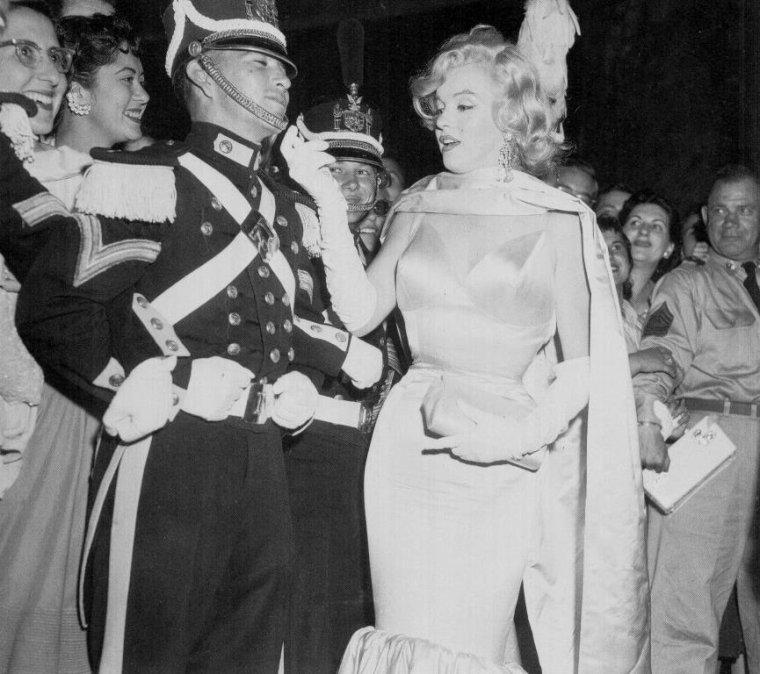 """1957 / C'est au """"Radio-City music-hall"""" qu'a lieu la Première du film """"The prince and the showgirl"""". (part 2, voir TAG)."""