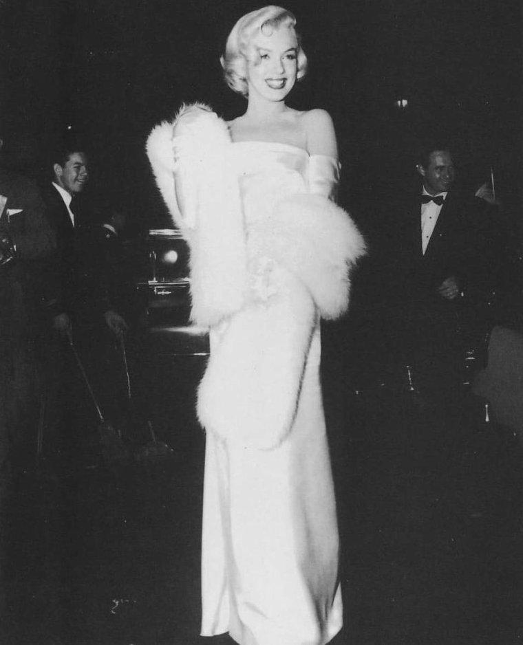 """1953 / Marilyn se rend à la Première de la pièce de théâtre """"Call me madam""""... (part 2, voir TAG)."""