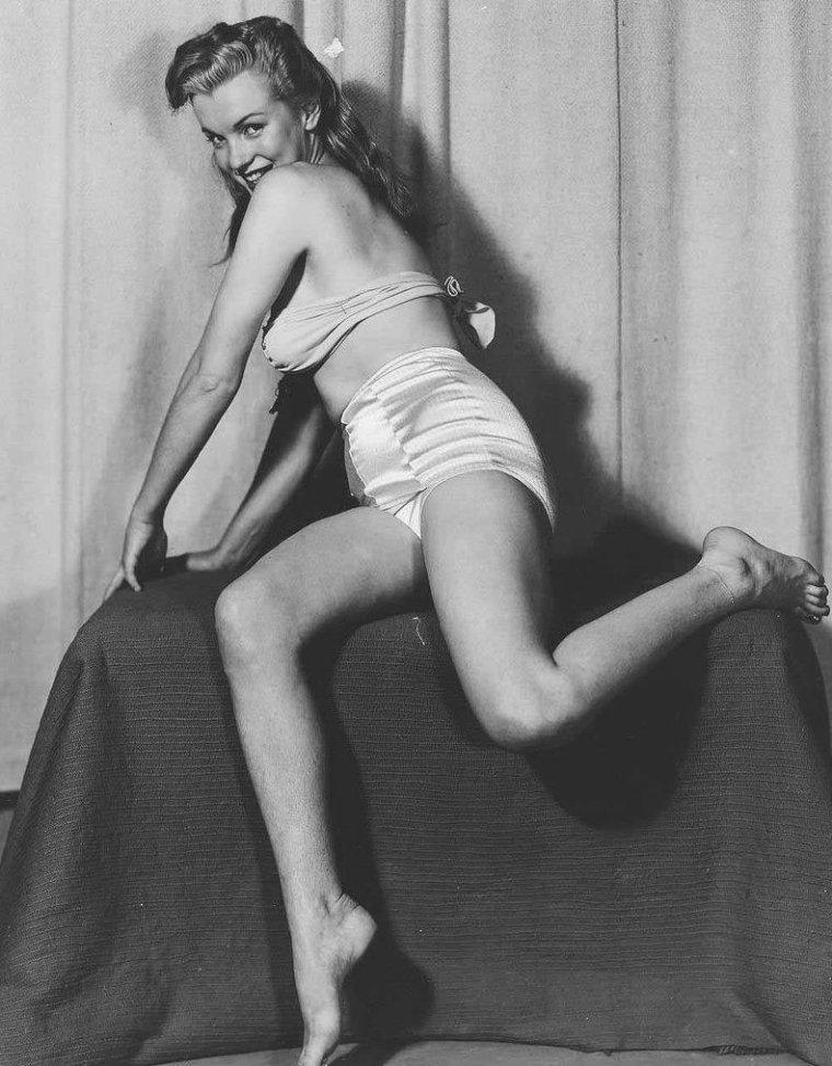 """1946-49 / by Earl MORAN... Il étudia le dessin au """"Chicago Art Institute"""" et à """"l'Art Students' League"""" à New York, fin des années 20, début des années 30. Il devint célèbre avec ses dessins de pin-ups et d'artistes glamour (avec VARGAS et PETTY, d'autres illustrateurs). Il prenait souvent des photos de ses modèles, qui servaient ensuite de base à ses illustrations, qui furent reproduites sur des calendriers et dans des magazines de jeunes filles comme """"Flirt"""", """"Wink"""" et """"Giggles"""". Marilyn posa beaucoup pour lui au début de sa carrière de modèle. Elle avait besoin d'argent, et celui-ci était l'un des plus grands dessinateurs de jolies filles aux USA. Entre 1946 et 1949, il la paya 10 $ par heure pour la prendre en photo, souvent peu vêtue. Ces clichés lui servaient ensuite pour réaliser des dessins au fusain et à la craie, dont certains furent utilisés entre autres pour le fameux calendrier de la société """"Brown et Bigelow""""."""