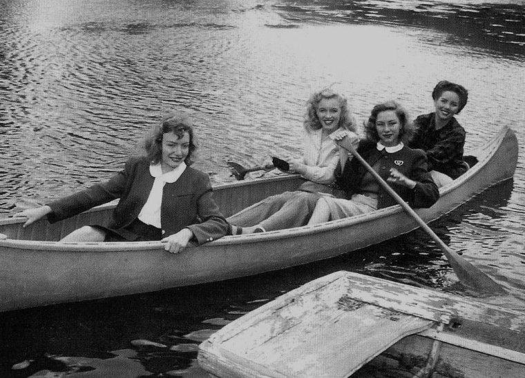"""1948 / Première apparition de Marilyn dans le film """"Scudda hoo ! Scudda hay !"""" ; Marilyn (non citée au générique) tint son premier rôle au cinéma dans ce film en Technicolor relatant l'histoire d'une famille de fermiers qui se querelle sur la meilleure façon de s'occuper des mules (le titre du film fait allusion au cri traditionnel utilisé pour aiguillonner les attelages des mules). Marilyn tourna deux scènes. Dans l'une elle était dans un canot avec une autre starlette ; dans l'autre - coupée au montage - elle était à l'arrière-plan et criait bonjour à June HAVER, l'interprète principale. Après six mois environ sous contrat avec la Fox, Marilyn était soulagée de décrocher enfin un rôle - même s'il est possible qu'elle ait joué les figurantes dans d'autres films durant cette période. Bien que ce fût le premier film que Marilyn tournât, ce ne fût pas le premier à sortir ; en fait « Dangerous years » (1947) était sorti quatre mois auparavant."""