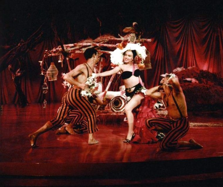 """1954 / Marilyn dans un numéro de danse exotique où elle chante """"Heat wave"""" dans le film """"There's no business like show business""""."""