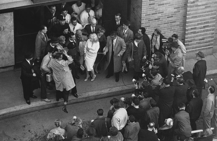 "1961 / 5 Mars, Marilyn sort du ""Columbia Presbyterian Medical Center""... (part 2, voir TAG)."
