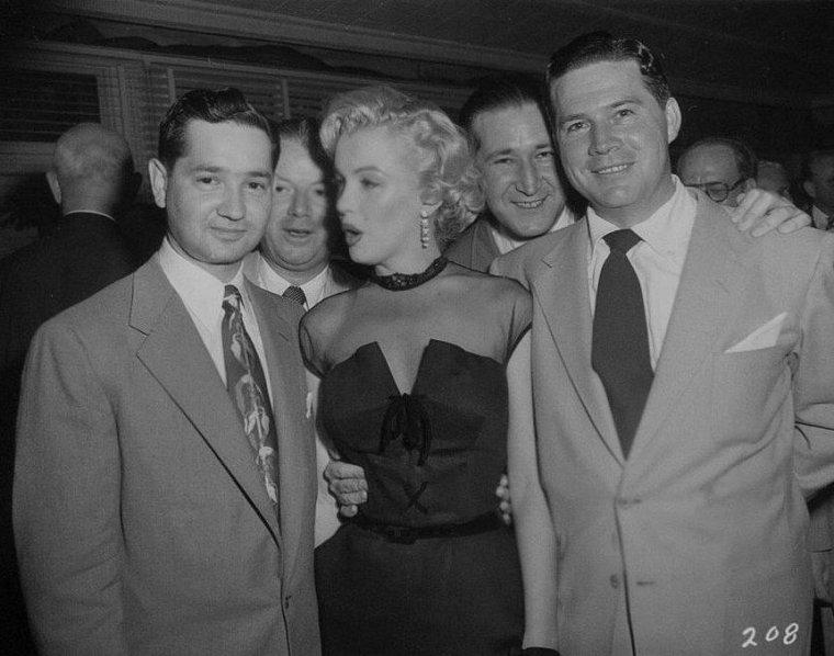 """1951 / Marilyn est conviée à la soirée annuelle des correspondants de presse étrangers à Hollywood, au """"Mocambo club""""."""