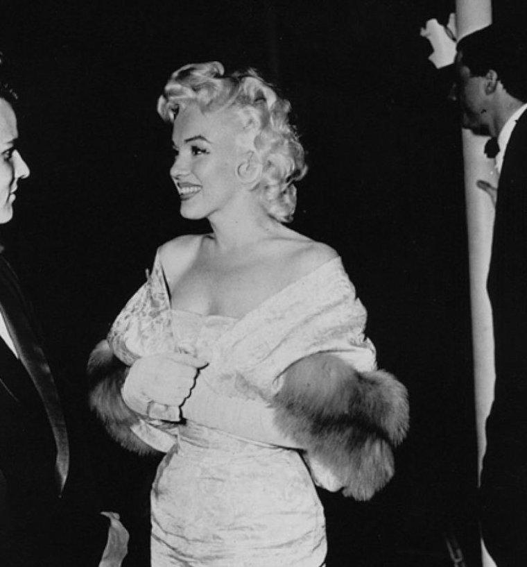 """1955 / Marilyn accompagnée de Milton GREENE se rend à la Première du film """"East of eden"""". (part 2, voir TAG)."""