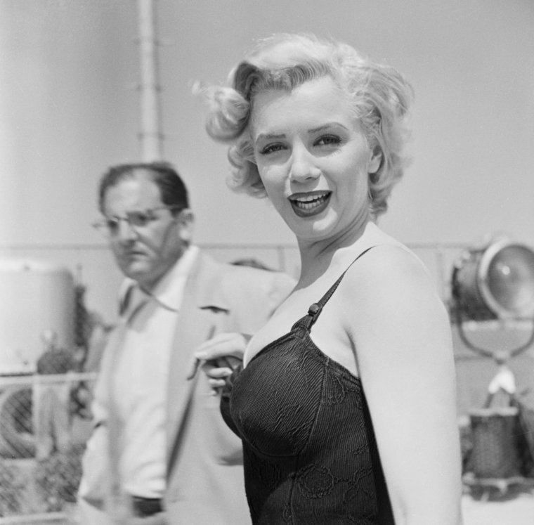 """1952 / Marilyn et Cary GRANT lors du tournage de """"Monkey business""""."""
