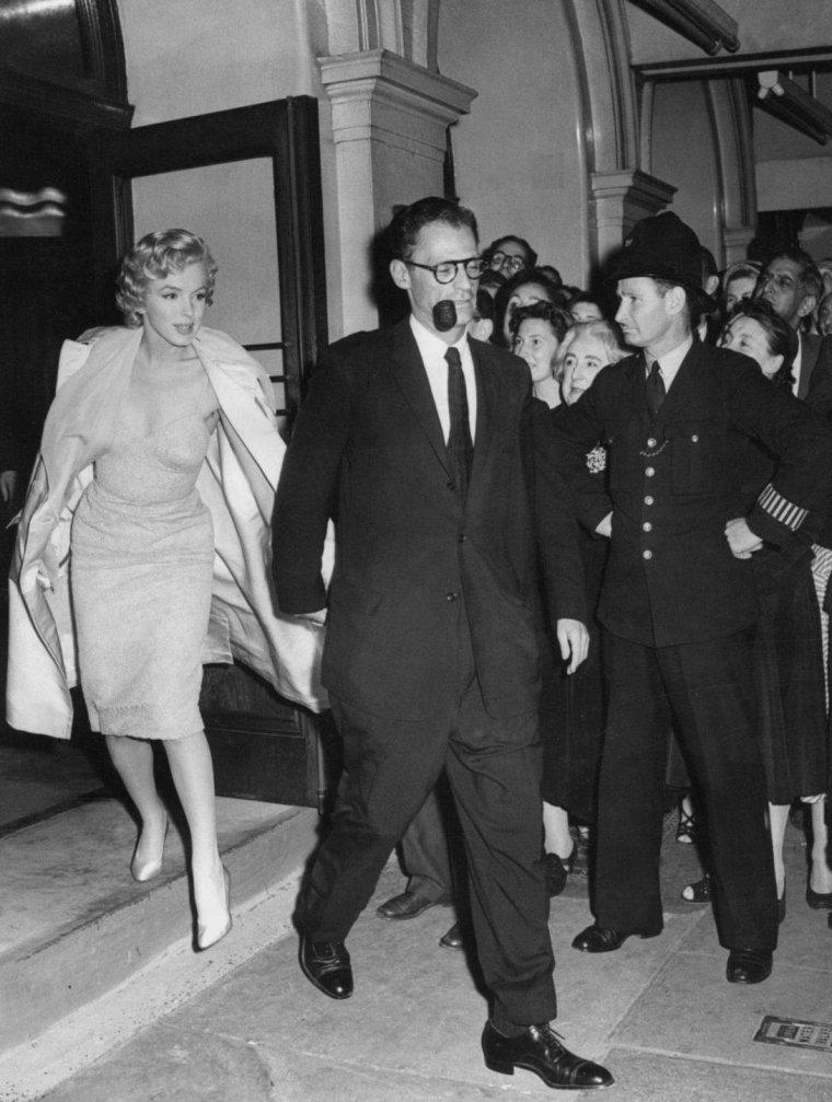 """1956 / Les époux MiILLER assistèrent à la pièce « South sea bubble », jouée par Vivien LEIGH au """"Lyric Theater"""" de Londres."""