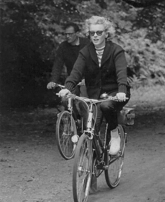 """1956 / Marilyn et Arthur faisant de la bicyclette dans la campagne anglaise, au """"Windsor-Park""""..."""