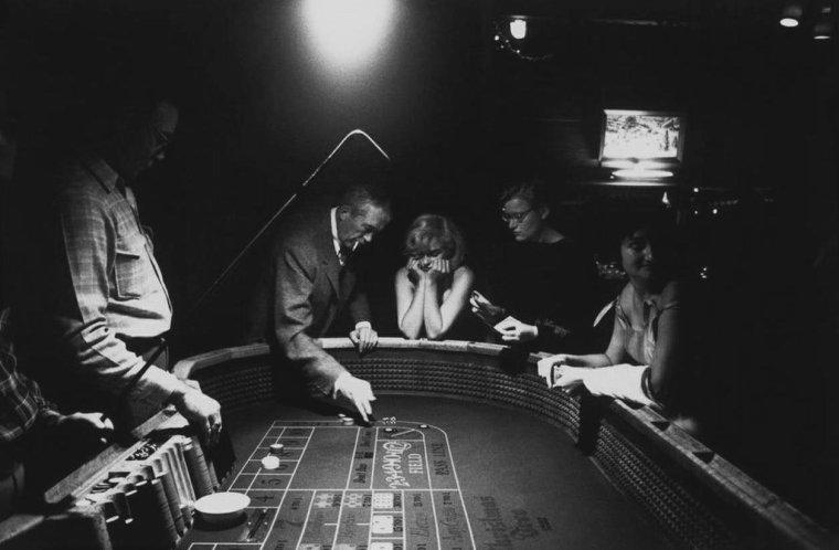"""1960 / by Eve ARNOLD...  Marilyn s'essaye au casino à Reno lors du tournage des """"Misfits""""."""
