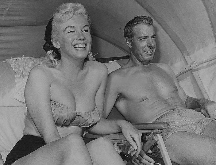 """1961 / Marilyn et Joe touristes en Floride, sur la plage de """"Redington beach""""..."""
