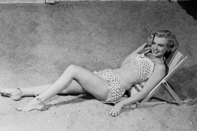 """1951 / C'est lors du tournage de """"Love nest"""" que Marilyn pose pour le soda coca-cola."""