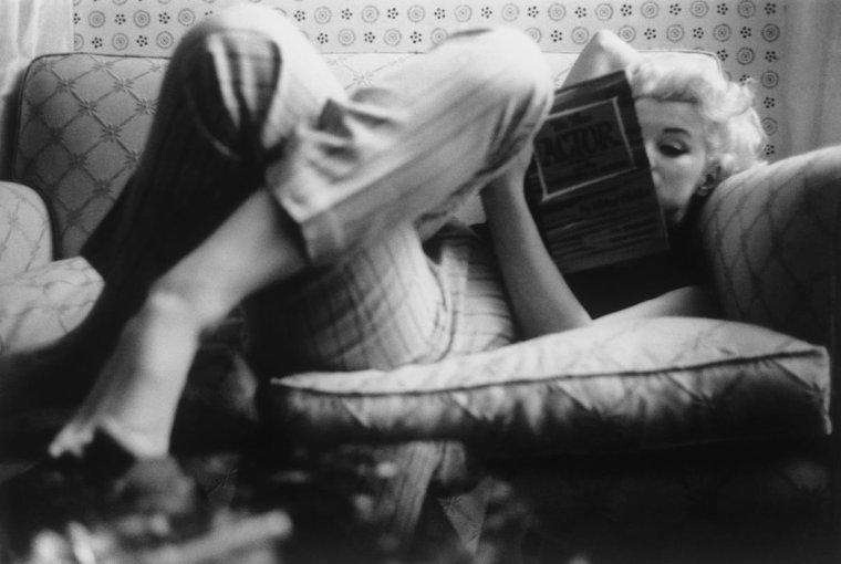 """1955 / by Ed FEINGERSH... Dans sa chambre d'hôtel à """"L'Ambassador"""" ou chez """"Costello"""", le restaurant à la mode..."""