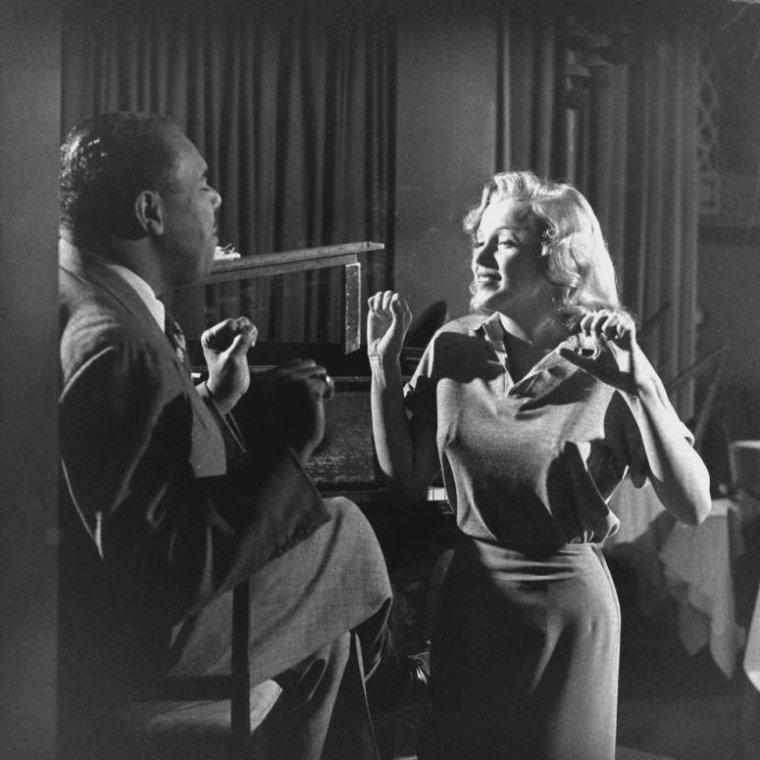 """1949 / La jeune Marilyn prenant des cours de chant avec Phil MOORE, au """"Mocambo club""""."""