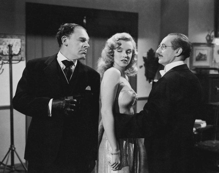"""1949 / Marilyn sur le tournage et lors de photos publicitaires pour son quatrième film, """"Love happy"""", avec Groucho MARX entre autres... (certaines photos de J.R. EYERMAN)."""
