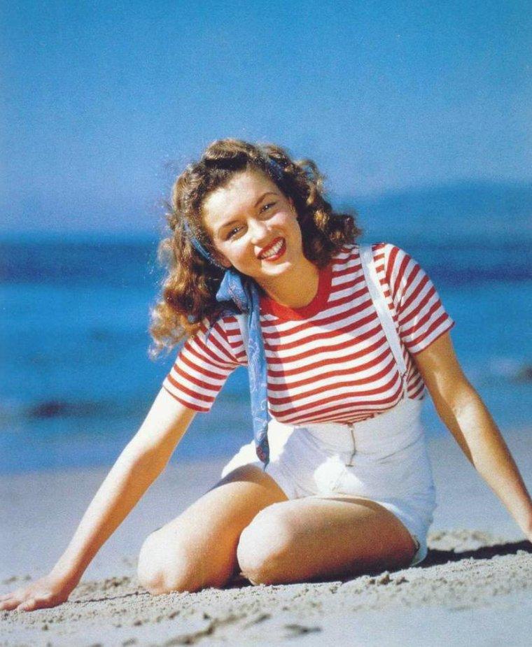 1926-1962 / MINI-BIO / Après une enfance chaotique durant laquelle elle vit dans plusieurs familles d'adoption, Norma Jeane BAKER, alias Marilyn MONROE, entame très jeune une vie de femme au foyer avant de s'inscrire dans une agence de mannequins, puis d'entamer une carrière au cinéma. Elle joue dans quelques petits films avant de signer un contrat de sept ans avec la 20th Century Fox, ce qui lui permet d'être notamment dirigée par Fritz LANG et Howard HAWKS. 'Niagara', en 1953, brise son image de blonde écervelée. La même année, elle se marie avec le joueur de base-ball Joe DiMAGGIO, dont elle divorce quelques mois plus tard. Dès lors, elle accumule les succès, principalement des comédies signées des grands maîtres du genre comme Howard HAWKS, qui la dirige dans 'Les hommes préfèrent les blondes', ou Billy WILDER, pour 'Sept ans de réflexion' et 'Certains l'aiment chaud'. L'actrice suit à cette époque les cours de Lee STRASBERG à l'Actors Studio. 'Arrêt d'autobus' et 'La Rivière sans retour' confirment ses talents de comédienne. Son mariage avec le dramaturge Arthur MILLER achève de casser son image de femme idiote et superficielle. En 1961, Marilyn campe une héroïne brisée dans 'Les Désaxés' de John HUSTON. Dépressive, elle retourne sur un plateau un an plus tard pour entamer le tournage d'un film qu'elle n'achèvera pas, 'Something's Got to Give' de George CUKOR. Le matin du 5 août 1962, elle est retrouvée morte à son domicile. L'enquête conclut à un suicide, même si l'hypothèse d'un assassinat plane sérieusement au point que 50 ans plus tard et des dizaines d'ouvrages concernant sa mort mystérieuse n'ont toujours pas résolu l'énigme Marilyn.