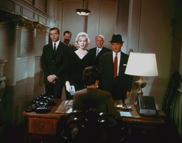 """1960 / Marilyn et Yves MONTAND dans la scène finale du film """"Let's make love""""."""