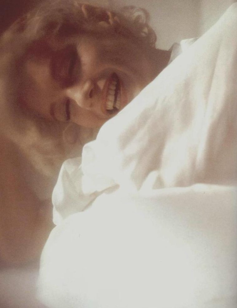 """1961 / Marilyn fit une séance photo avec un jeune photographe, Douglas KIRKLAND. Il travaillait au magazine """"Look"""" qui préparait un numéro spécial pour son 25ème anniversaire. Il avait déjà photographié Elizabeth TAYLOR, Judy GARLAND et Shirley MacLAINE. Il la rencontra trois fois. Une première fois, KIRKLAND vient chez elle avec deux assistants. Une seconde fois, deux jours plus tard, où la séance photo eut lieu dans le studio d'un photographe (part 3, voir TAG)."""