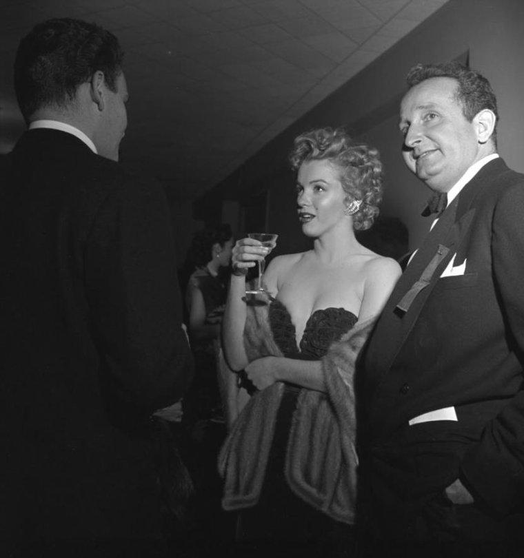 """1952 / by Loomis DEAN... Marilyn reçoit au """"Del-Mar club"""", l""""Henrietta Award"""" de """"La meilleure jeune personnalité du box-office 1951""""... (part 2, voir TAG)."""