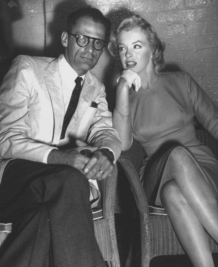 """1956 / Marilyn et Arthur arrivent à Londres pour le tournage de """"The prince and the showgirl"""". Laurence OLIVIER et Lady OLIVIER (Vivien LEIGH) les attendent à l'aéroport, avec plus de soixante-dix policiers chargés de canaliser les deux cents journalistes et photographes, déchaînés. Une brève conférence de presse eut lieu au bar de l'hôtel de l'aéroport. (photos) (part 3, voir TAG)."""