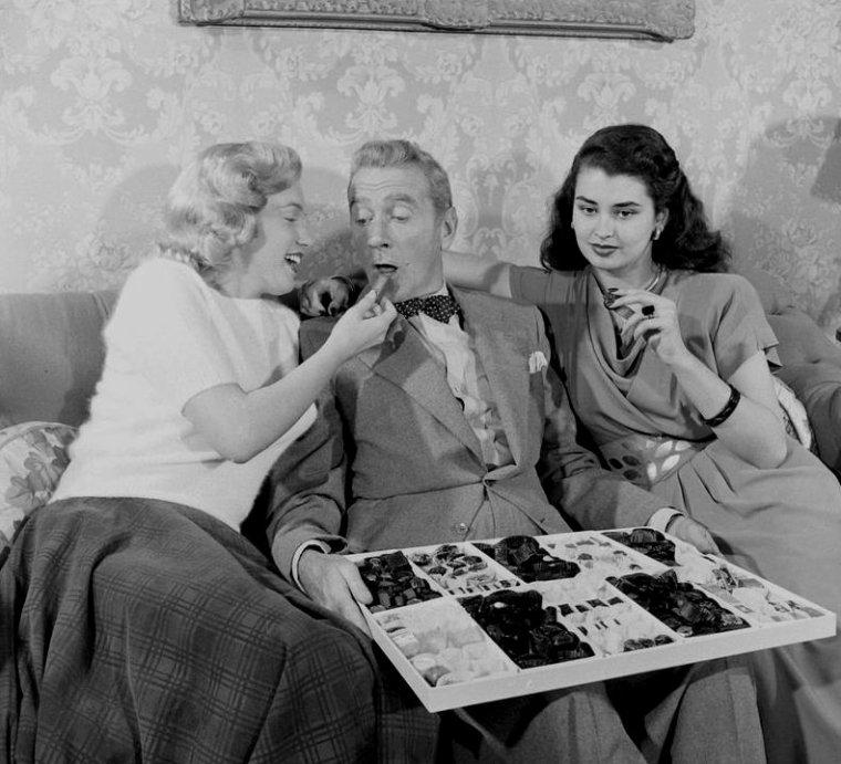 """1948 / Marilyn apparaît dans le film """"Sitting Pretty"""", tourné pour la Fox, aux côtés de l'acteur Clifton WEBB et de Laurette LUEZ ; le film sortit en mars 1948 mais  elle ne sera pas citée au générique."""