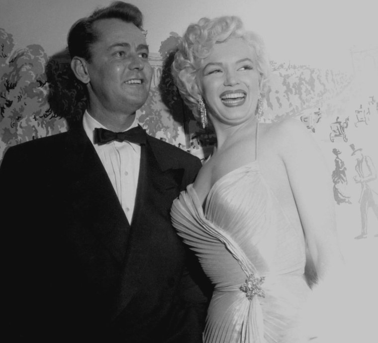 "1954 / Marilyn reçoit le prix ""Photoplay magazine Award"" de ""la meilleure actrice 1953"" pour ses rôles dans ""Gentlemen prefer blondes"" et dans ""How to marry a millionaire"" au ""Beverly-Hills Hotel"". (part 2, voir TAG)."