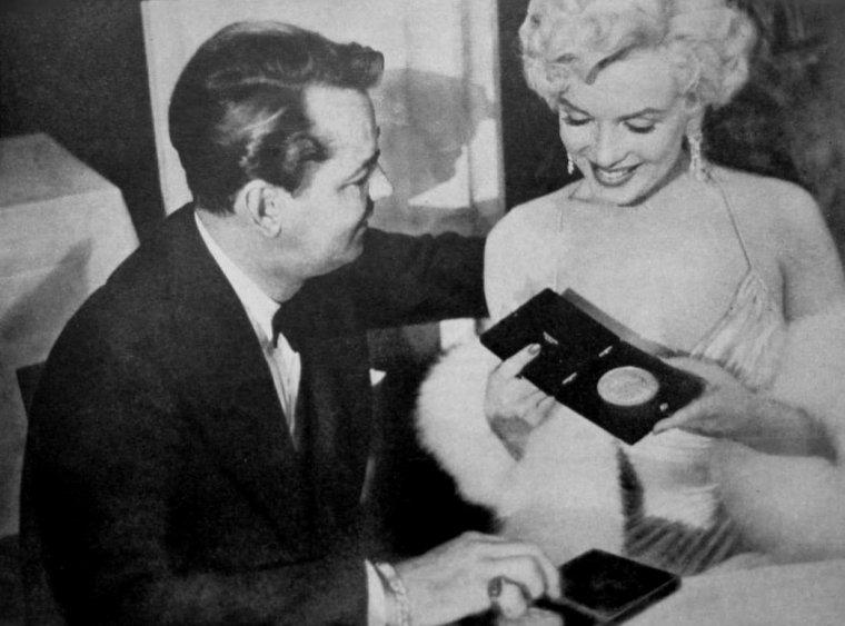 """1954 / Marilyn reçoit le prix """"Photoplay magazine Award"""" de """"la meilleure actrice 1953"""" pour ses rôles dans """"Gentlemen prefer blondes"""" et dans """"How to marry a millionaire"""" au """"Beverly-Hills Hotel"""". (part 2, voir TAG)."""