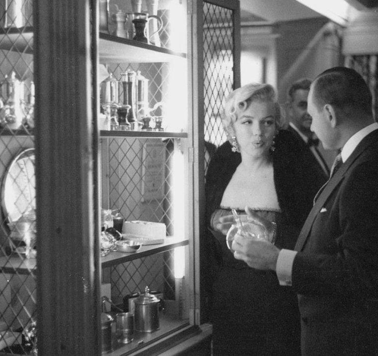 """1954 / by Sam SHAW... Entre le 10 et le 12 Septembre, Marilyn  alla voir la pièce """"The Pajama Game"""" au """"St James Theater"""" puis rencontra l'une des actrices de la pièce, Carol HAYNES, dans sa loge ; elle était accompagnée de Milton GREENE. (part 3, voir TAG)."""