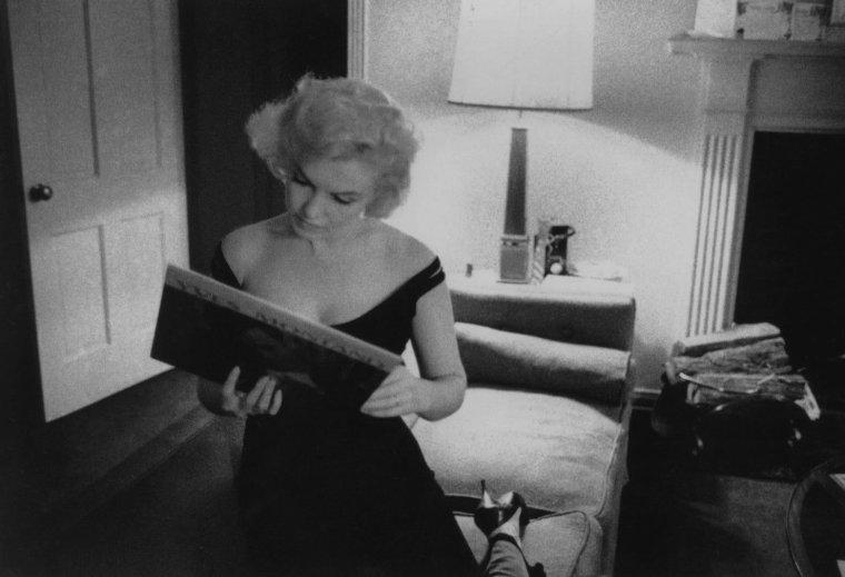 "1960 / by Bruce DAVIDSON...  Marilyn, Simone SIGNORET, Yves MONTAND et MILLER dans leur studio du ""Beverly-Hills Hotel""... (part 2, voir TAG)."