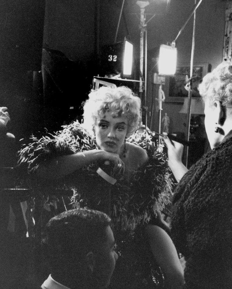 """1954 / Quand Marilyn """"joue"""" les Mäe WEST lors du tournage de """"The seven year itch""""... (certaines photos sgnées Sam SHAW)."""