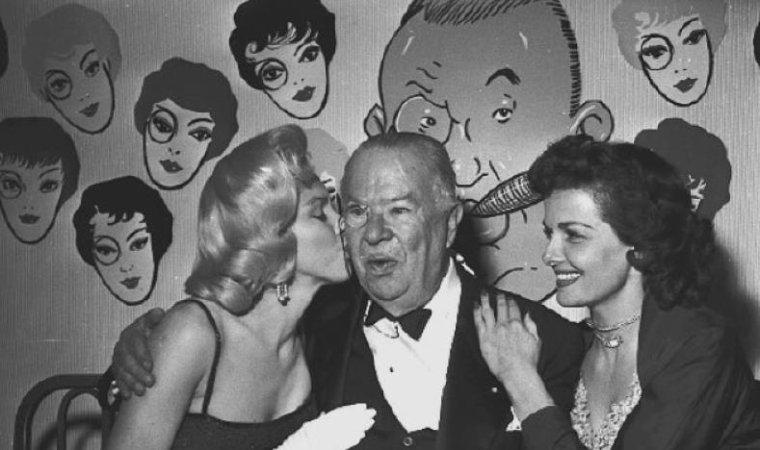 """17 Juin 1953 / Marilyn est conviée à une soirée donnée pour l'anniversaire de Charles COBURN (un de ses partenaires dans le film """"Gentlemen prefer blondes""""), à laquelle assistaient également  Jane RUSSELL, Ronald REAGAN et Nancy sa femme, alors acteurs. Le """"Masquers Rib & Roast Dinner"""" eut lieu au """"Beverly Hills Hotel"""". Marilyn donna ensuite une interview au journaliste Earl WILSON, à l'étage, dans une des chambres de l'hôtel."""