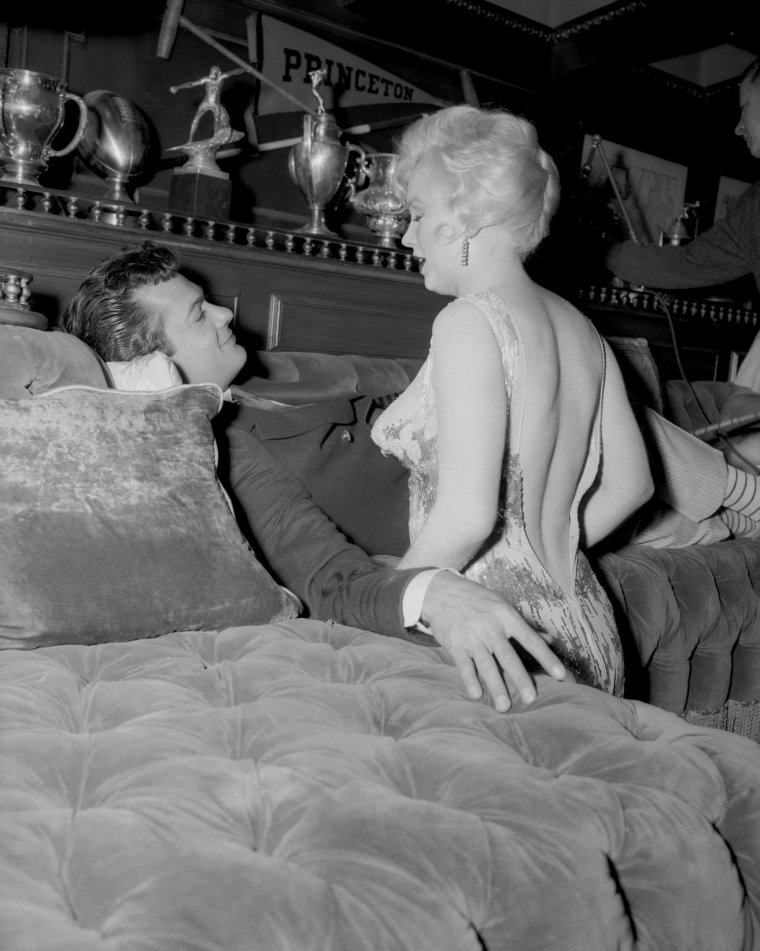 "1959 / Marilyn et Tony CURTIS dans l'une des scènes du film ""Some like it hot""."