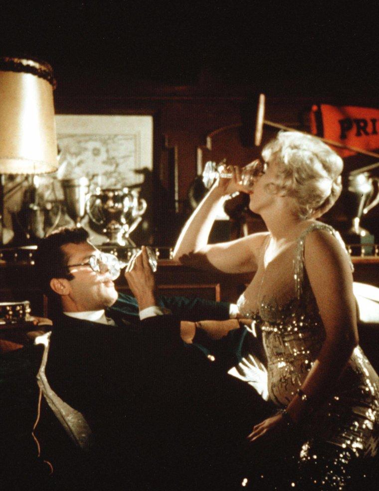 """1959 / Marilyn et Tony CURTIS dans l'une des scènes du film """"Some like it hot""""."""
