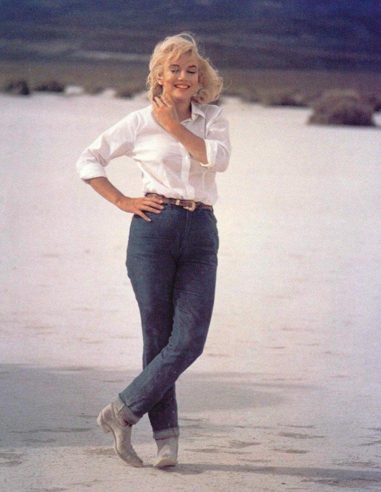 "1960 / Marilyn en jeans et bottes lors du tournage du film ""The misfits""."
