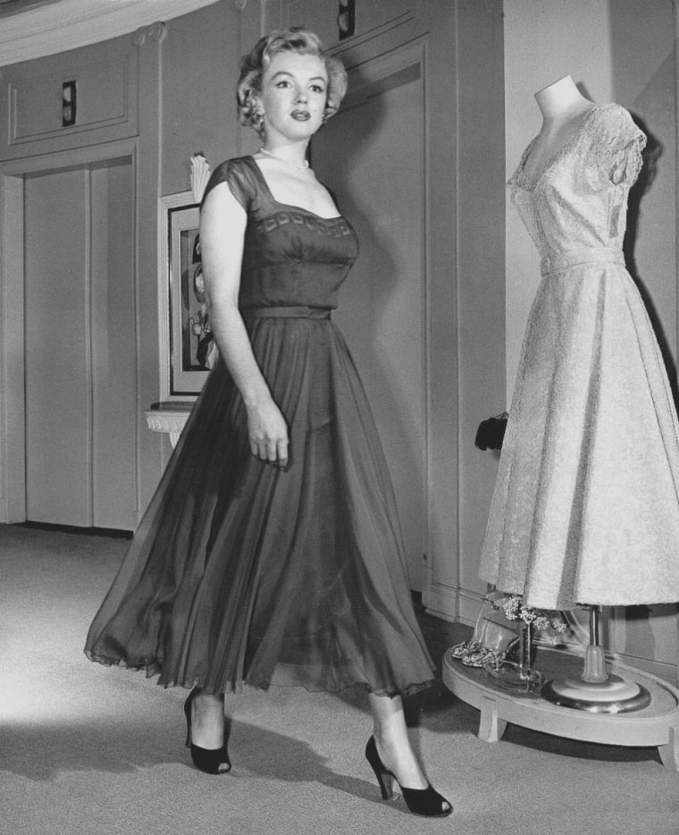 "1951 / Marilyn joue les mannequins pour le magasin de luxe ""Sak's Fifth Avenue"" à New-York."