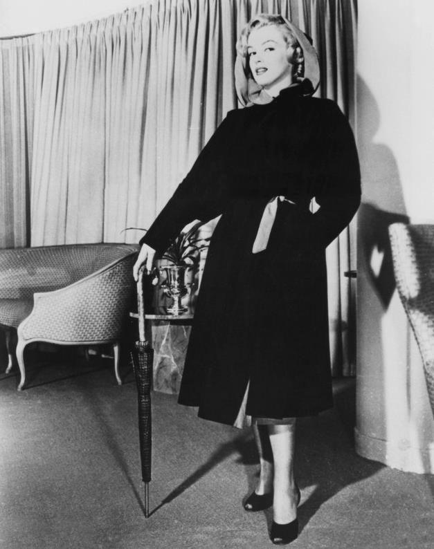 """1951 / Marilyn joue les mannequins pour le magasin de luxe """"Sak's Fifth Avenue"""" à New-York."""